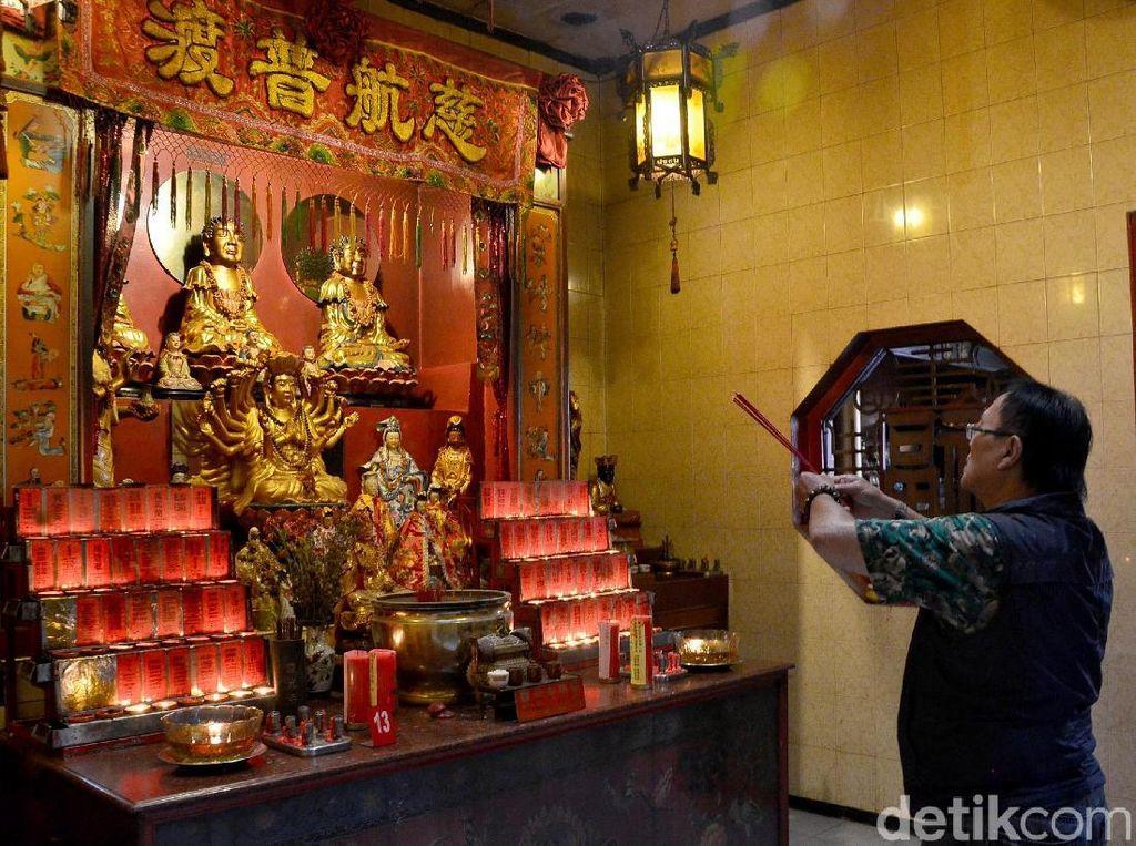 Seorang jemaat juga sudah ada yang mulai berdatangan dan tampak khusyuk bersembahyang dihadapan patung dewa di Vihara Dharma Ramsi, Cibadak, Kota Bandung.