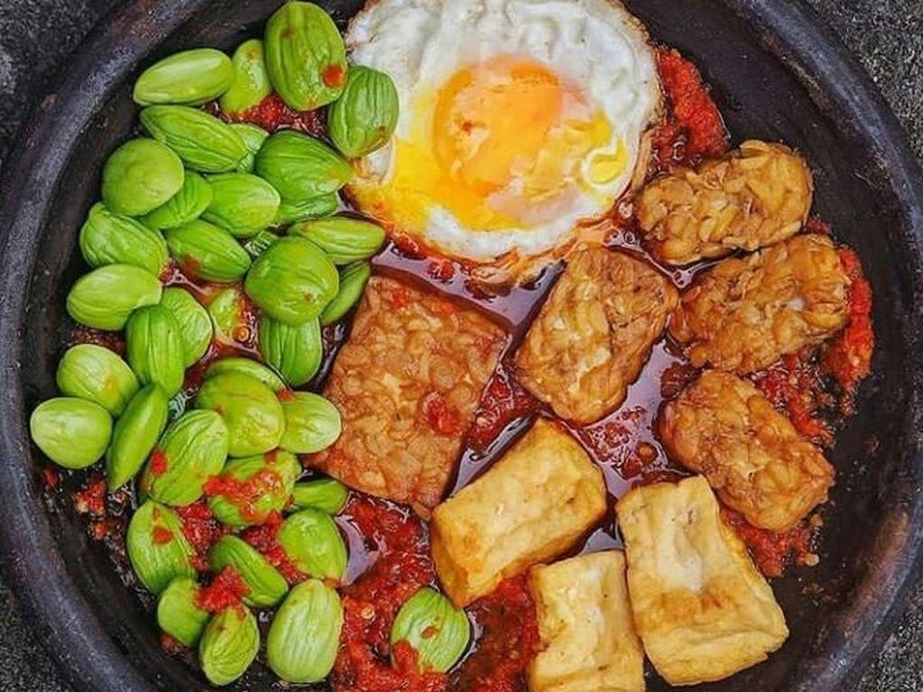 Unggahan tempe penyet dari @eattemptationsby terlihat sangat menggiurkan ya. Selain tempe, ada juga tahu dan telur ceplok dipadu bersama dengan petai. Nyam! Foto: Instagram@eattemptationsby