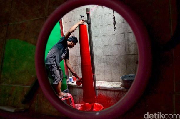 Mengintip Proses Pembuatan Lilin Imlek di Bandung