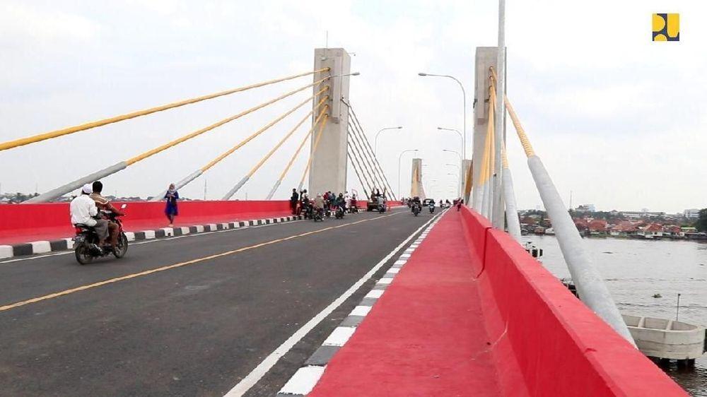 Kehadiran jembatan tipe extradozed (perpaduan kabel dengan gelagar kotak/box girder) dengan panjang 1.130 meter dan lebar 12 meter tersebut bertujuan mengurangi beban lalu lintas Jembatan Ampera dan meningkatkan konektivitas di Kota Palembang. (Dok Kementerian PUPR)