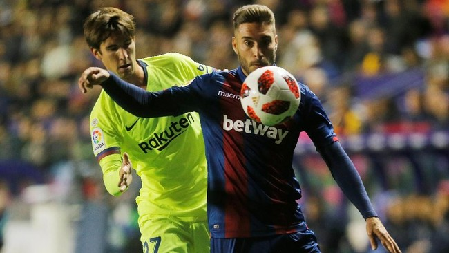 Ruben Rochina dan kawan-kawan berhasil membuat pertahanan Barcelona kerepotan mengantisipasi serangan Levante. (REUTERS/Heino Kalis)