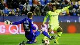 Setelah tidak bisa mencetak gol di babak pertama, Barcelona coba menekan Levante sejak awal babak kedua dimulai. (REUTERS/Heino Kalis)