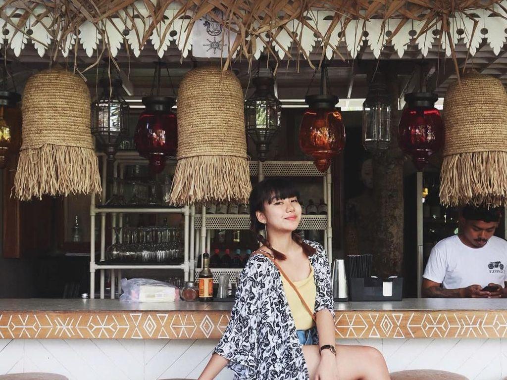 Liburan di Bali, Ghea mampir ke kafe bertema tropis. Sepertinya ia hendak menikmati minuman segar di sini. Foto: Instagram gheaindrawari
