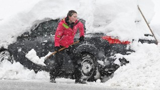 FOTO: Eropa Dikepung Badai Salju