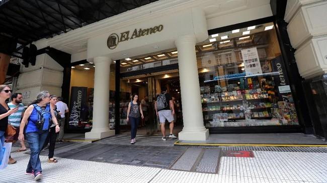Di antara bangunan klasik di Recoleta, Buenos Aires, Argentina, ada sebuah gedung yang isinya bak 'surga' bagi para pencinta buku. (REUTERS/Marcos Brindicci)