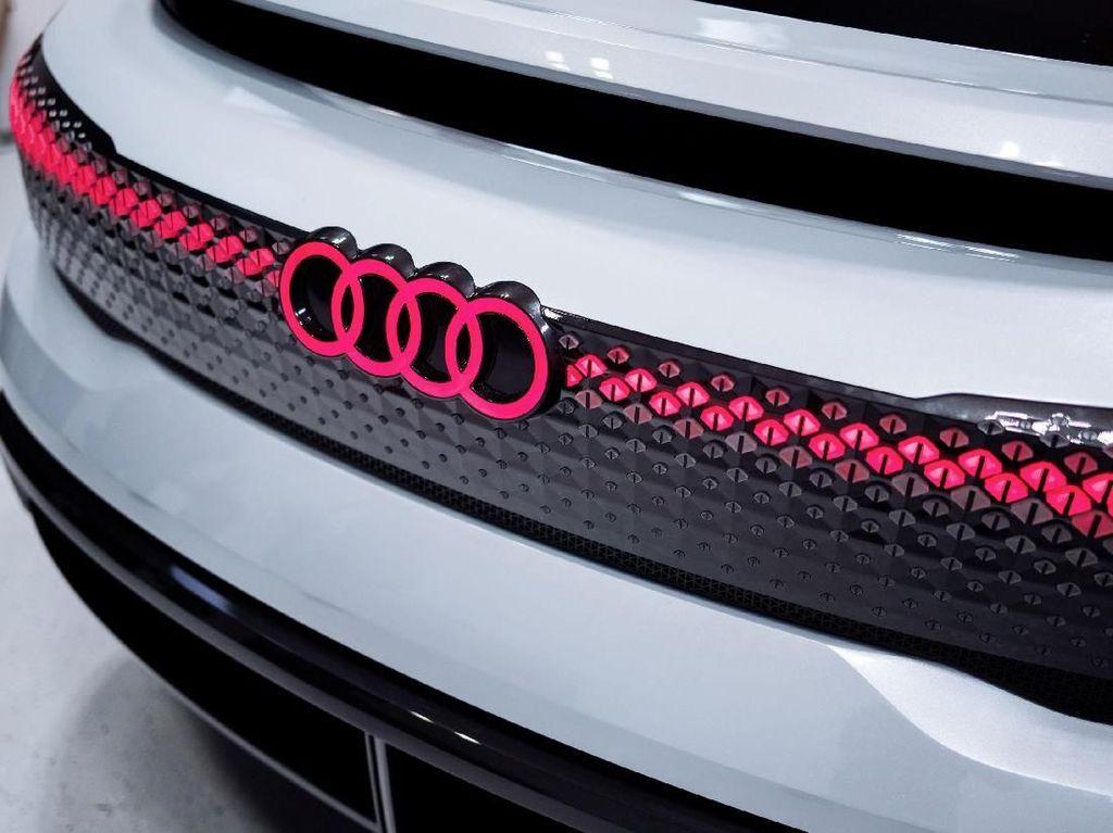 Seluruh fitur digital di dalam kabin otomatis akan menyala saat anda menaikinya. Garis LED yang menyala memberikan aksen warna-warni di area pintu sedang pada layar depan akan memberikan pesan sambutan. Kendaraan ini mampu mengenali penumpang dan mengaktifkan pengaturan personal mereka. Foto: dok. Audi