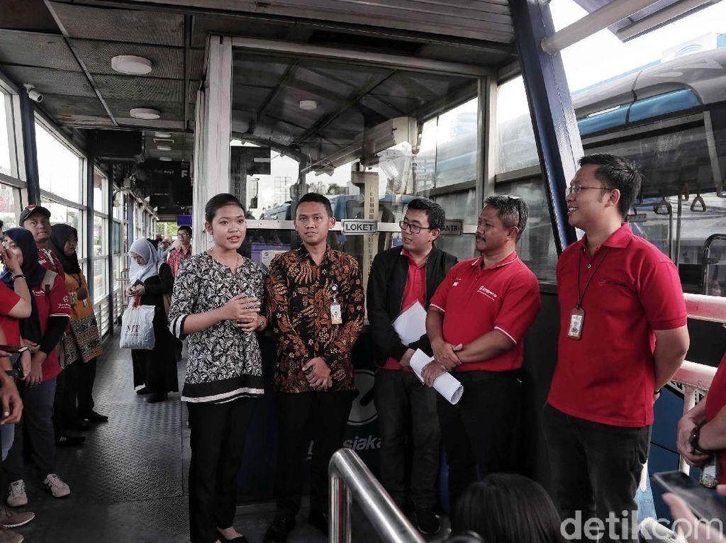 Allan Tandiano memeriksa kesiapan integrasi antara halte TransJakarta dan stasiun LRT di kawasan Jakarta International Velodrome.