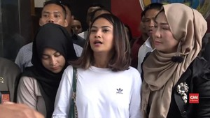 Tersangka UU ITE, Penahanan Vanessa Angel Ditentukan Senin