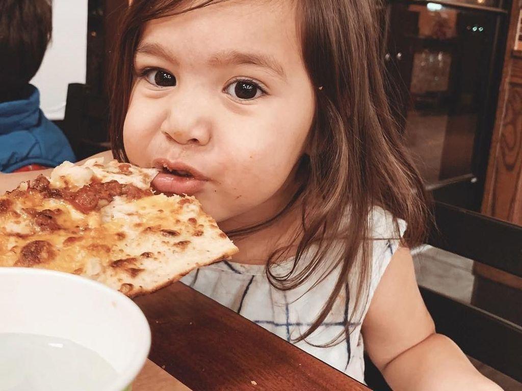 Siapa sangka Rachel doyan banget makan pizza. Ia bisa menghabiskan 7 potong pizza lho! Foto: Instagram zrofficial