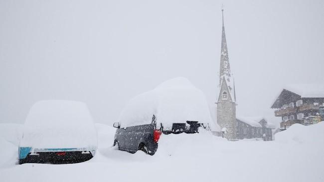 Hampir seluruh moda transportasi di Eropa juga lumpuh akibat badai salju. (REUTERS/Arnd Wiegmann)