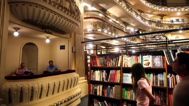 Tak hanya buku, Ateneo Grand Splendid juga menjual CD dan DVD. (REUTERS/Marcos Brindicci)