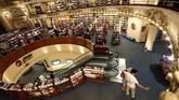 Itu adalah Ateneo Grand Splendid, toko buku yang disebut sebagai yang terindah di dunia. Toko buku itu bergaya klasik, dengan langit-langit penuh lukisan. (REUTERS/Marcos Brindicci)