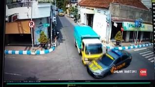 VIDEO: Mobil Polisi Pengawal Tahanan Ditabrak Truk