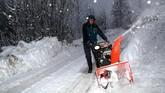 Sejumlah jalan raya di Eropa ditutup akibatnya tebalnya badai salju, dan berbahaya jika nekat dilintasi. (REUTERS/Lisi Niesner)