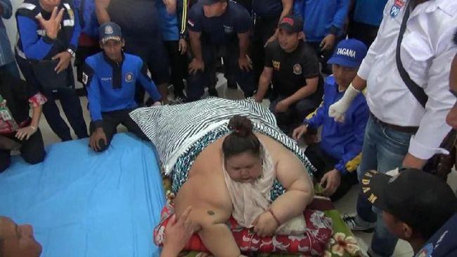 Ditandu 20 Petugas, Perempuan Berbobot 350 Kg Mulai Dirawat