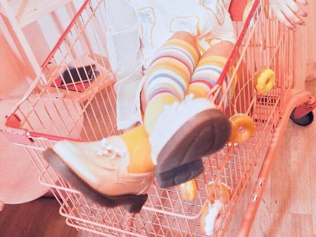 Eits! Ini bukan barang belanjaan ya. Ini Ghea yang pose di dalam trolley, lengkap dengan hiasan gantungan donat. Gemesin! Foto: Instagram gheaindrawari