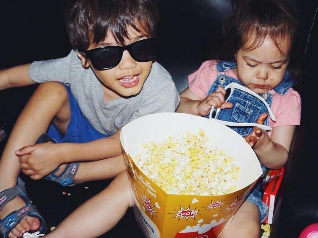 Nonton film pastinya lebih seru sambil makan popcorn. Eits! Popcornya harus banyak dong biar nggak bete. Foto: Instagram zrofficial