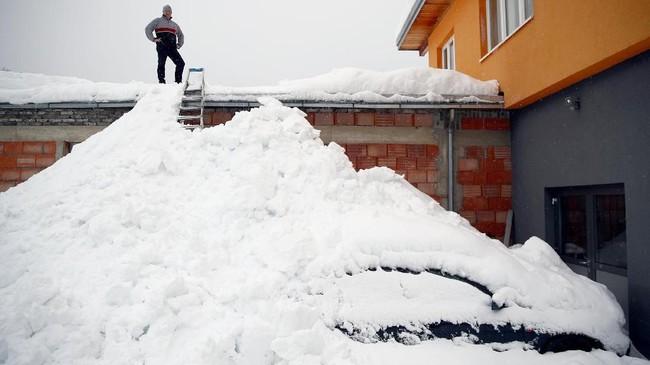 Badai salju juga merusak jaringan listrik dan memutus jaringan di sejumlah daerah. (REUTERS/Lisi Niesner)