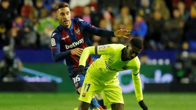 Ousmane Dembele yang dipercaya sebagai trio lini depan juga kesulitan membongkar pertahanan Levante. (REUTERS/Heino Kalis)