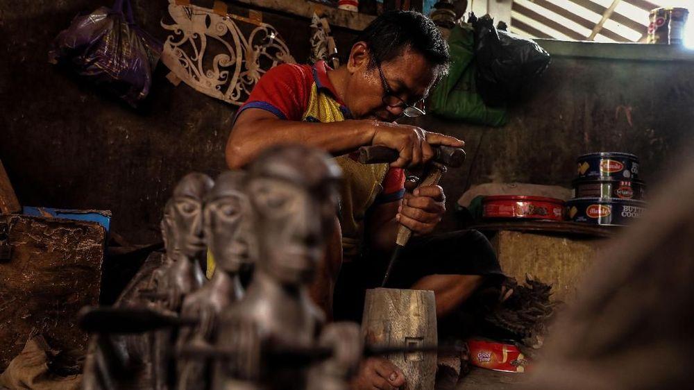 <p>Oman Sumarna seorang seniman pahat menyelesaikan karyanya di Sanggar Primitif, Sawangan, Depok, Jawa Barat, Jumat (11/1/2018). (CNBC Indonesia/Andrean Kristianto)</p>
