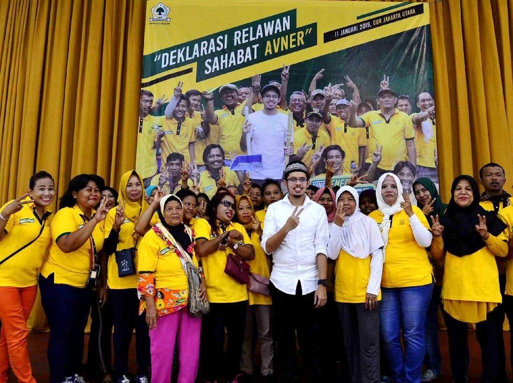 Usai acara ia pun berfoto bersama para relawan yang diberi nama Relawan Sahabat Avner di Gelanggang Remaja Jakarta Utara, Jumat (11/1). Foto: dok. Avner