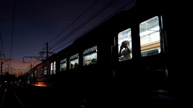 Seorang anak melihat keluar jendela kereta commuter di Jakarta. (Reuters/Willy Kurniawan)