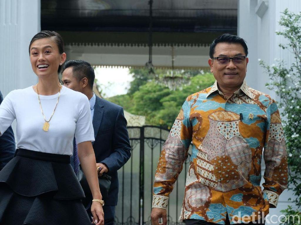 Senyum Agnes Mo saat bertemu Jokowi di istana. Foto: Andhika Prasetia/detikcom