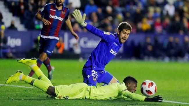 Tertinggal dua gol cepat, Barcelona berusaha keras mencari gol penyama kedudukan. (REUTERS/Heino Kalis)