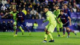 Namun di pengujung pertandingan Barcelona berhasil mencetak satu gol balasan lewat penalti Philippe Coutinho. Gol ini berarti penting bagi peluang Barcelona lolos ke babak perempat final. (REUTERS/Heino Kalis)