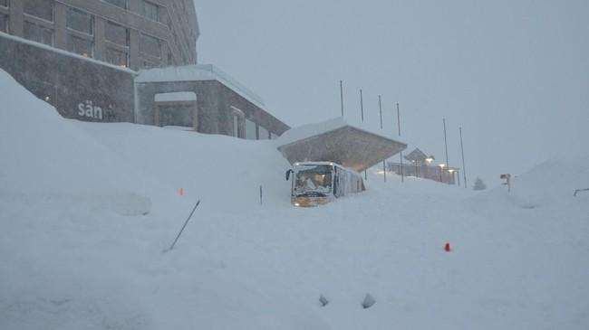 Badai salju di Eropa turut menghantam sejumlah kawasan wisata ski yang tenar seperti Swiss. Longsoran salju juga membahayakan para pelancong. (Appenzell Ausserrhoden Cantonal Police/Handout via REUTERS).