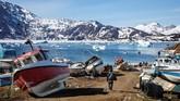 Perubahan iklim juga membuat warganya mengubah cara mereka berburu dan memancing, karena permukaan es yang biasanya dilewati menjadi lebih berbahaya.