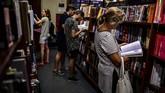 Ketenaran toko buku itu membuatnya dikunjungi lebih dari satu juta orang per tahun. (Photo by RONALDO SCHEMIDT / AFP)