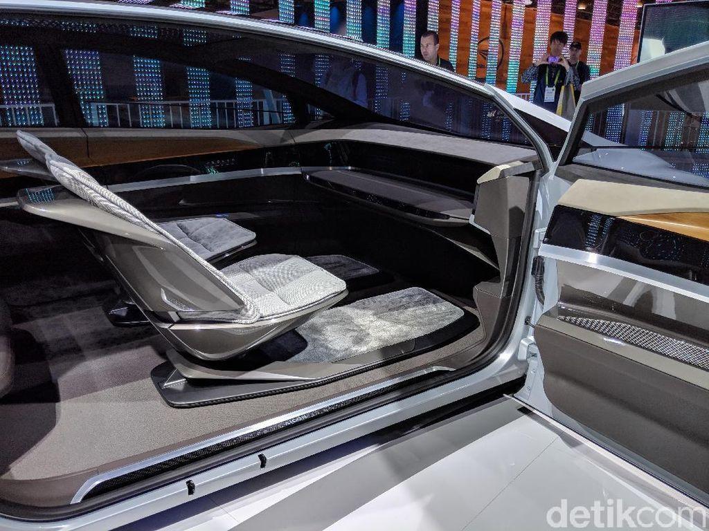 Kini Audi pun sudah mulai berani memamerkan mobil 4 pintu tanpa setir dan pedal tersebut dengan berani, bersama dengan desain futuristik yang mungkin akan menjadi tren desain mobil di masa mendatang. Foto: Adi Fida Rahman