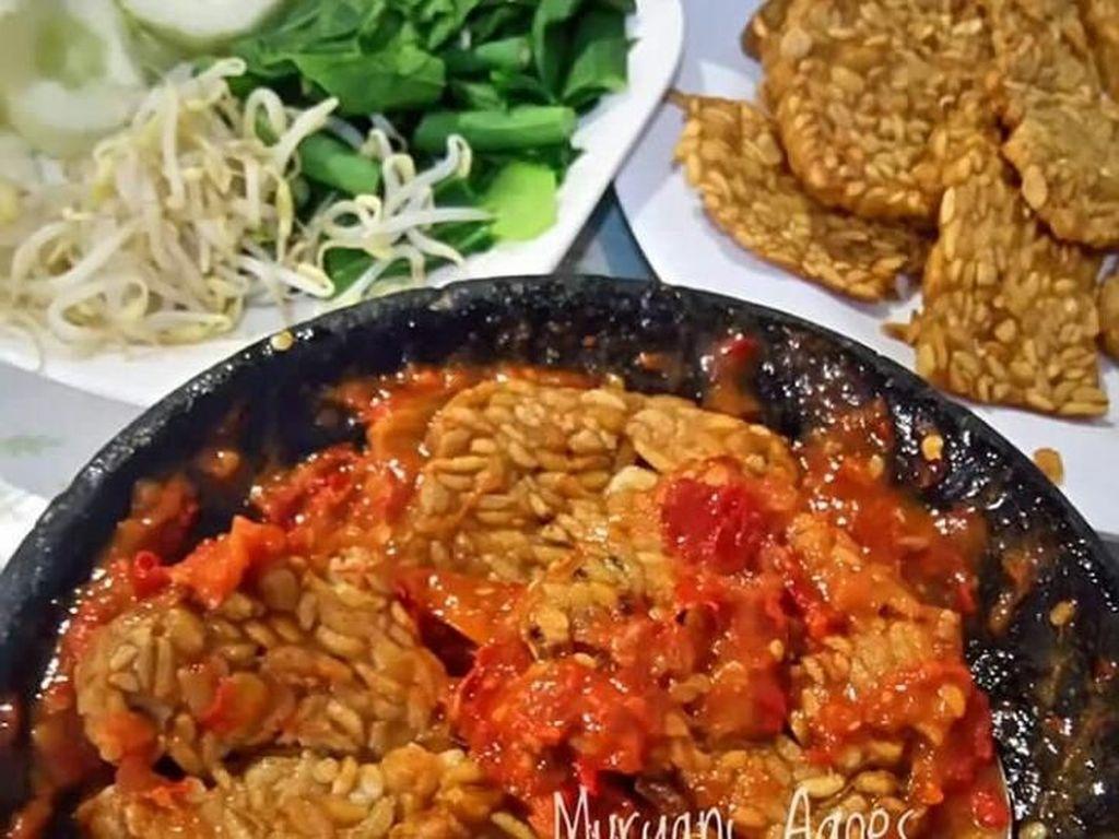 Bisa disebut dengan makanan ndeso. Tempe goreng bersama sambal penyet selalu jadi idola banyak orang. Foto: Instagram@muryani_moonks