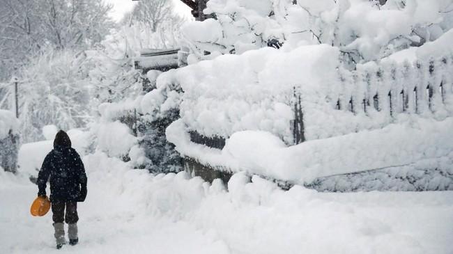 Sejumlah pengguna jalan raya di Jerman terjebak di jalanan karena kendaraan mereka tidak bisa menembus salju tebal. (REUTERS/Michael Dalder)