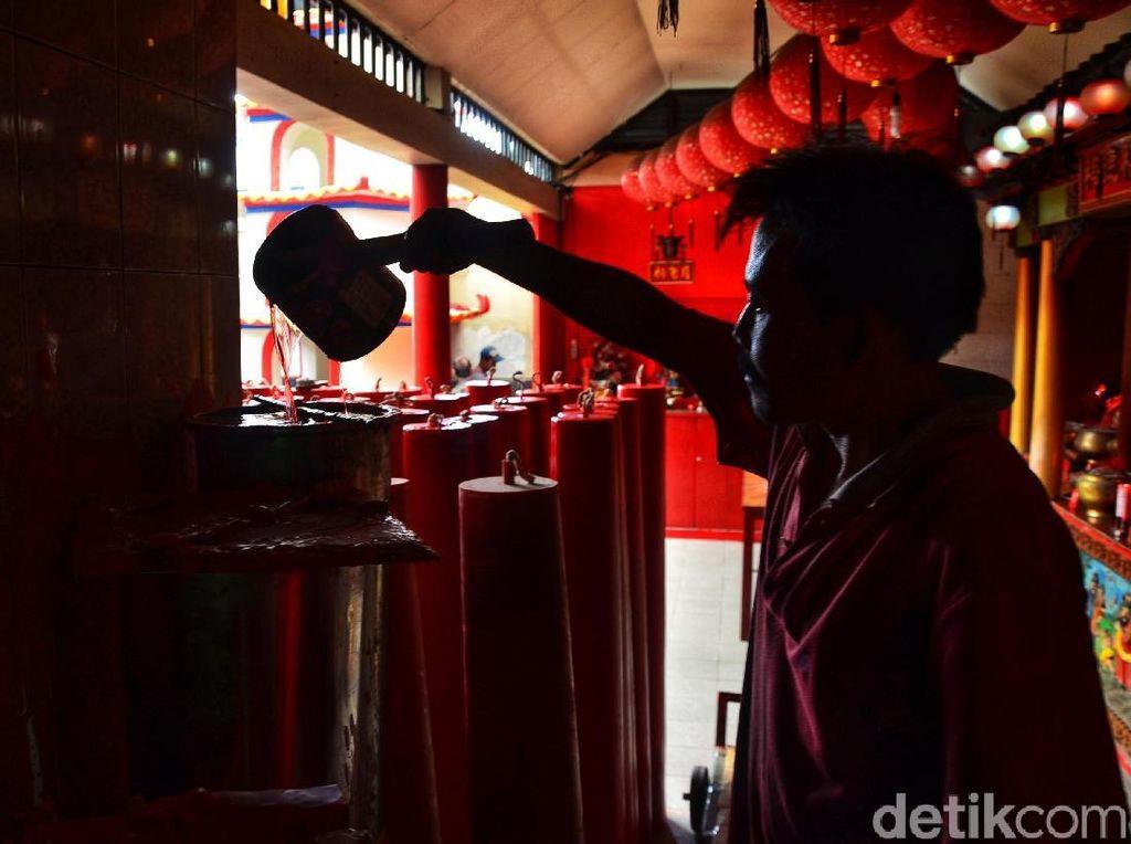 Pekerja menyelesaikan pembuatan lilin imlek di Vihara Dharma Ramsi, Cibadak, Kota Bandung, Jumat (11/1/2019).