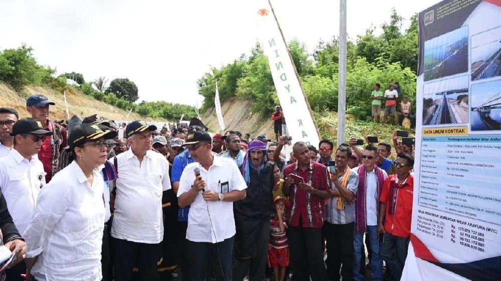 <p>Turut hadir dalam peresmian tersebut, Gubernur Maluku Said Assagaff, Bupati Maluku Tenggara Barat Petrus Fatlolon, Wakil Bupati Maluku Tenggara Barat Agustinus Utuwaly. (Dok Kemenkeu)</p>