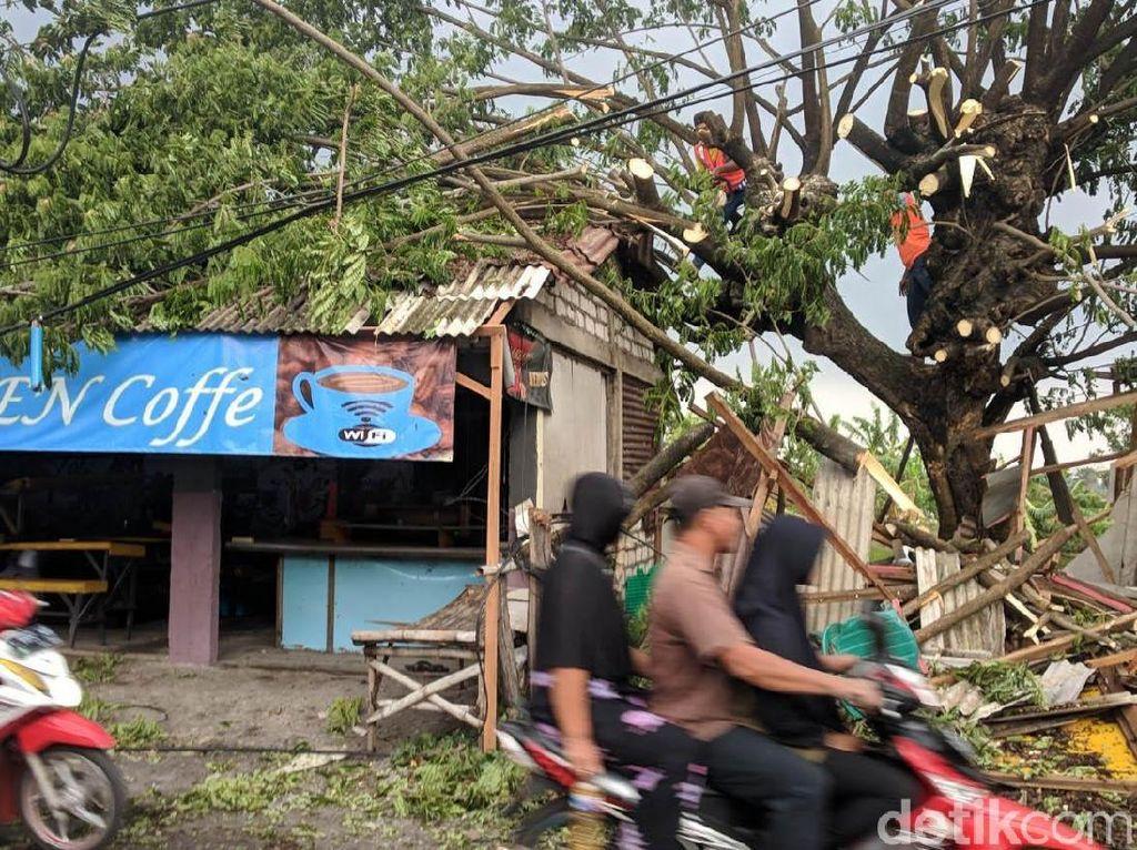 Hujan yang mengguyur sebagian wilayah Lamongan, tepatnya di Kecamatan Glagah berakibat terjadinya angin puting beliung, Sabtu (12/01/2019).