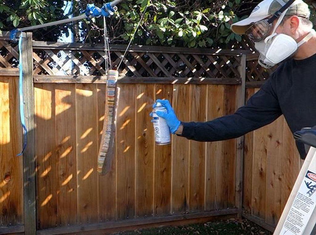 Setelah proses penghalusan permukaan, disemprotkan spray enamel sebagai proses akhir. Istimewa/Boredpanda.