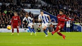 Pada menit ke-50 Liverpool mendapat penalti setelah Mohamed Salah dijatuhkan Pascal Gross. Salah maju sebagai eksekutor tendangan 12 pas. (Action Images via Reuters/Paul Childs)