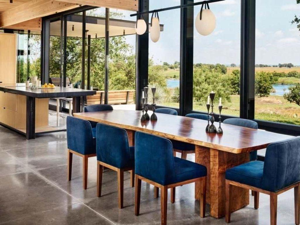 Ruang makan memiliki pemandangan langsung ke halaman. Cahaya yang masuk sangat banyak, sehingga menghemat energi listrik. Casey Dunn/Inhabitat.com.