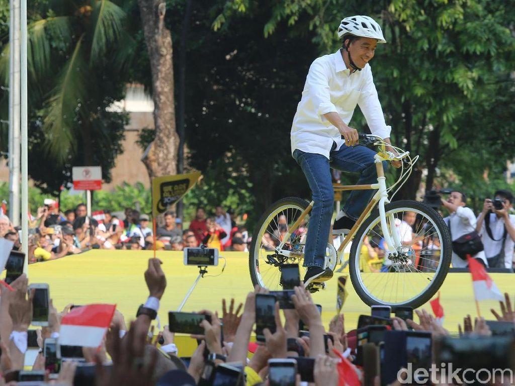 Jokowi disambut meriah para peserta. Massa kompak berpose salam jempol untuk Jokowi.