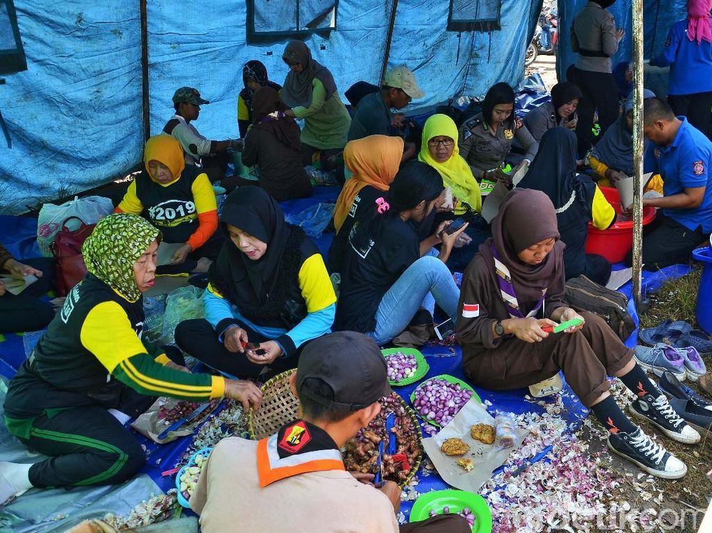 Para relawan terdiri dari Polwan, Taruna Siaga Bencana (TAGANA), dan anggota pramuka.