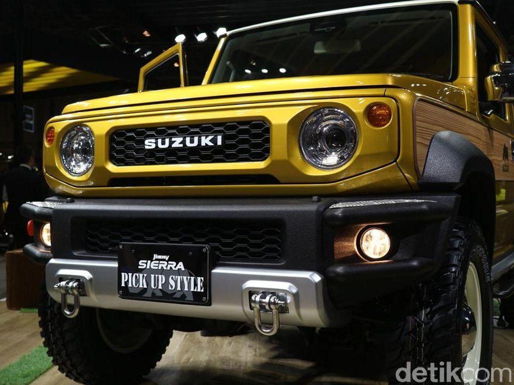 Suzuki Jimny pikap terlihatmakin kental untuk menjadi mobil petualangyangkekar dan tangguh. Foto: Dina Rayanti/detikOto