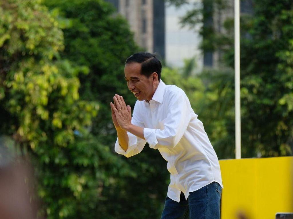 Jokowi didampingi para menteri kabinet kerja di antaranya Menhub Budi Karya Sumadi, Sekretaris Kabinet Pramono Anung, Menko PMK Puan Maharani dan Kepala Staf Kepresidenan Moeldoko. Foto: Andhika Prasetia/Detikcom