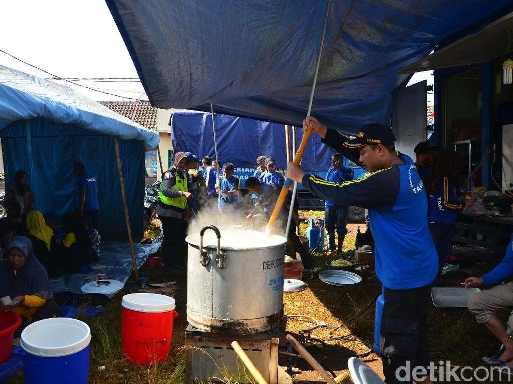 Mereka beraktivitas di dapur umum yang berada di posko utama bencana angin puting beliung di kawasan Desa Jelegong, Rancaekek, Kabupaten Bandung, Sabtu (12/01/2019).