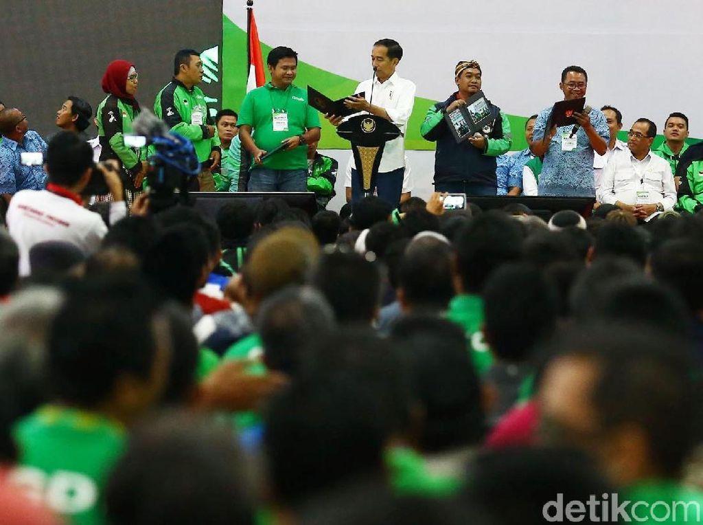 Jokowi menambahkan, pemerintah sedang menyiapkan regulasi terkait pengemudi online. Ia juga mengakui pemerintah di negara mana pun terkadang kalah cepat dari inovasi yang dikeluarkan perusahaan.