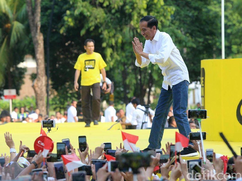 Jokowi menyapa pendukungnya.