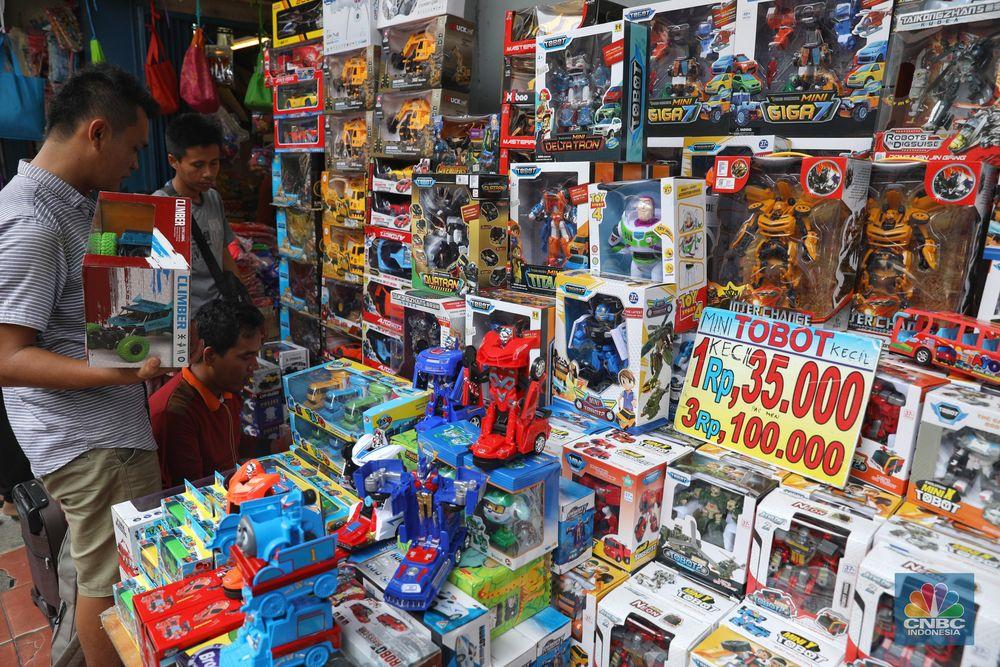 Pembeli memilih mainan anak yang dijajakan di kawasan Pasar Asemka, Kota, Jakarta Barat, Sabtu (12/1/2018). Banyak warga yang berbelanja ke Pasar Asemka karena harga yang ditawarkan relatif murah. (CNBC Indonesia/Andrean Kristianto)