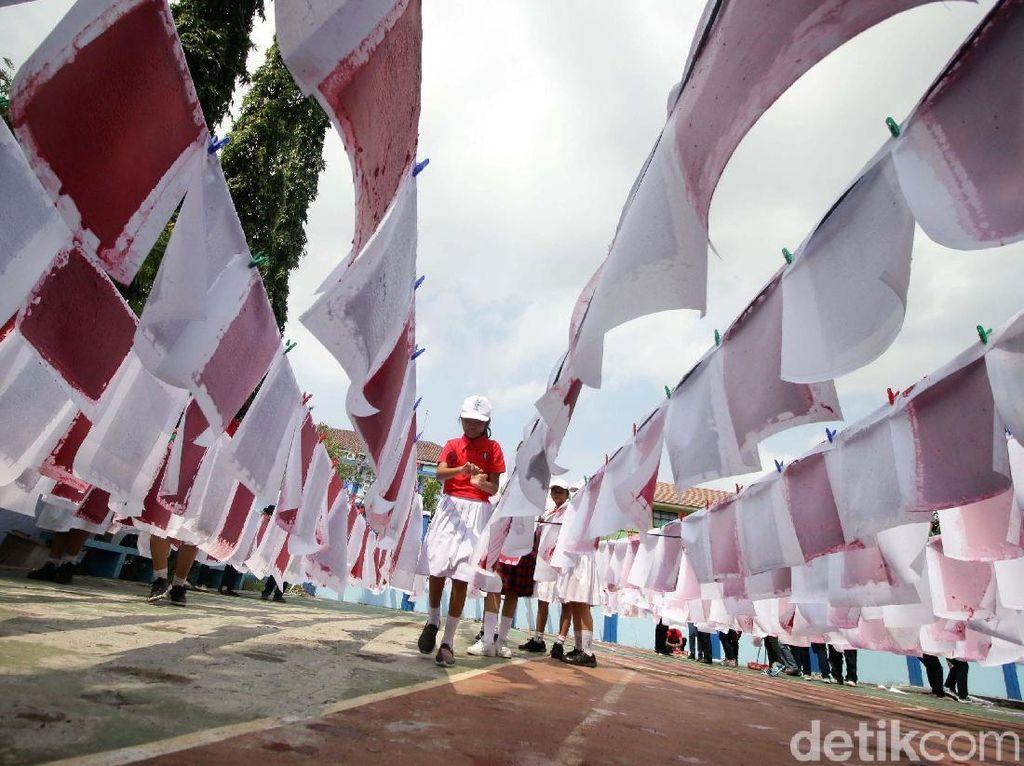 Sejumlah murid membuat kertas daur ulang di SD Tarakanita 5, Jakarta, Sabtu (12/1/2019).